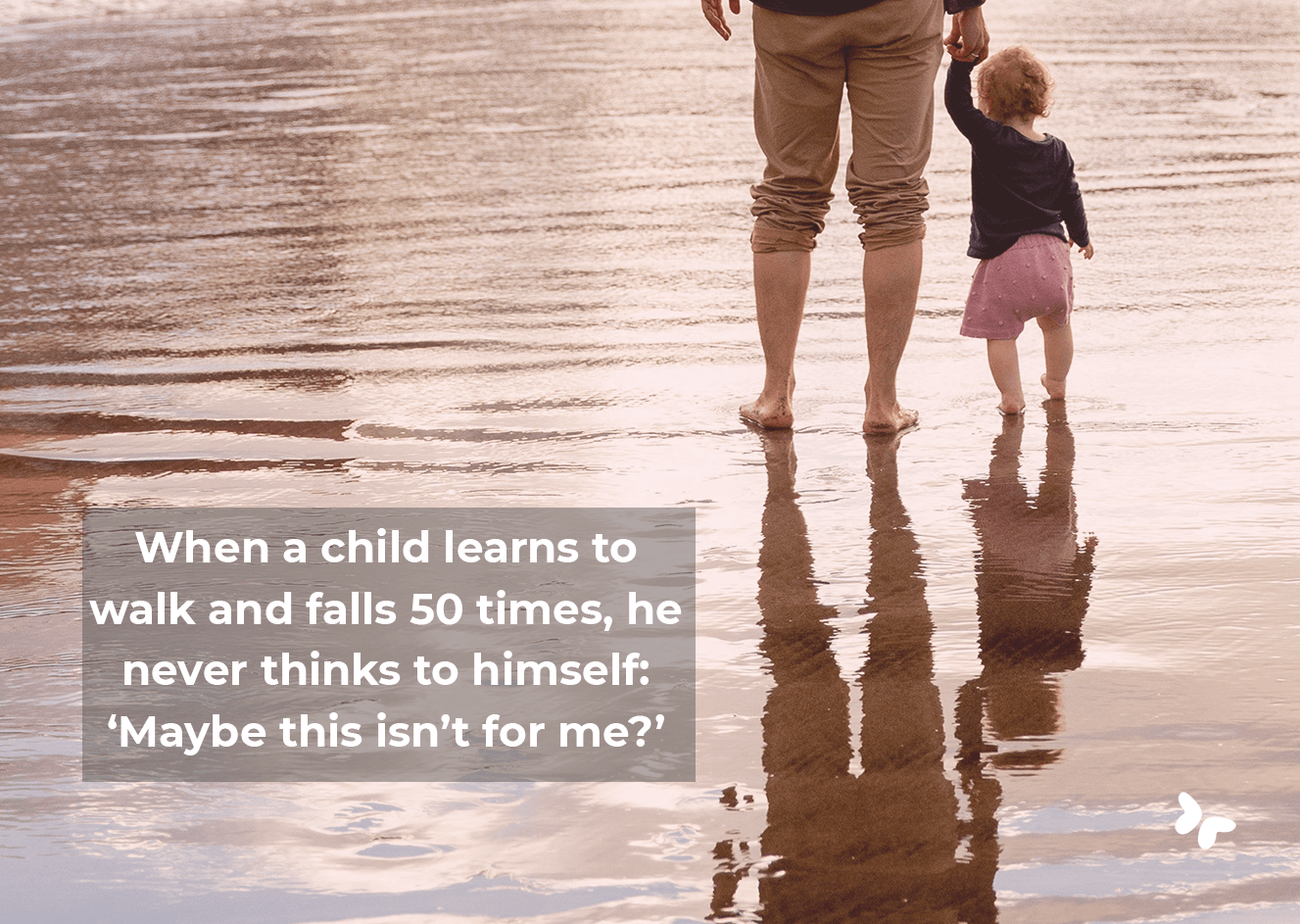 papa met kind aan de hand met hun voeten in de zee