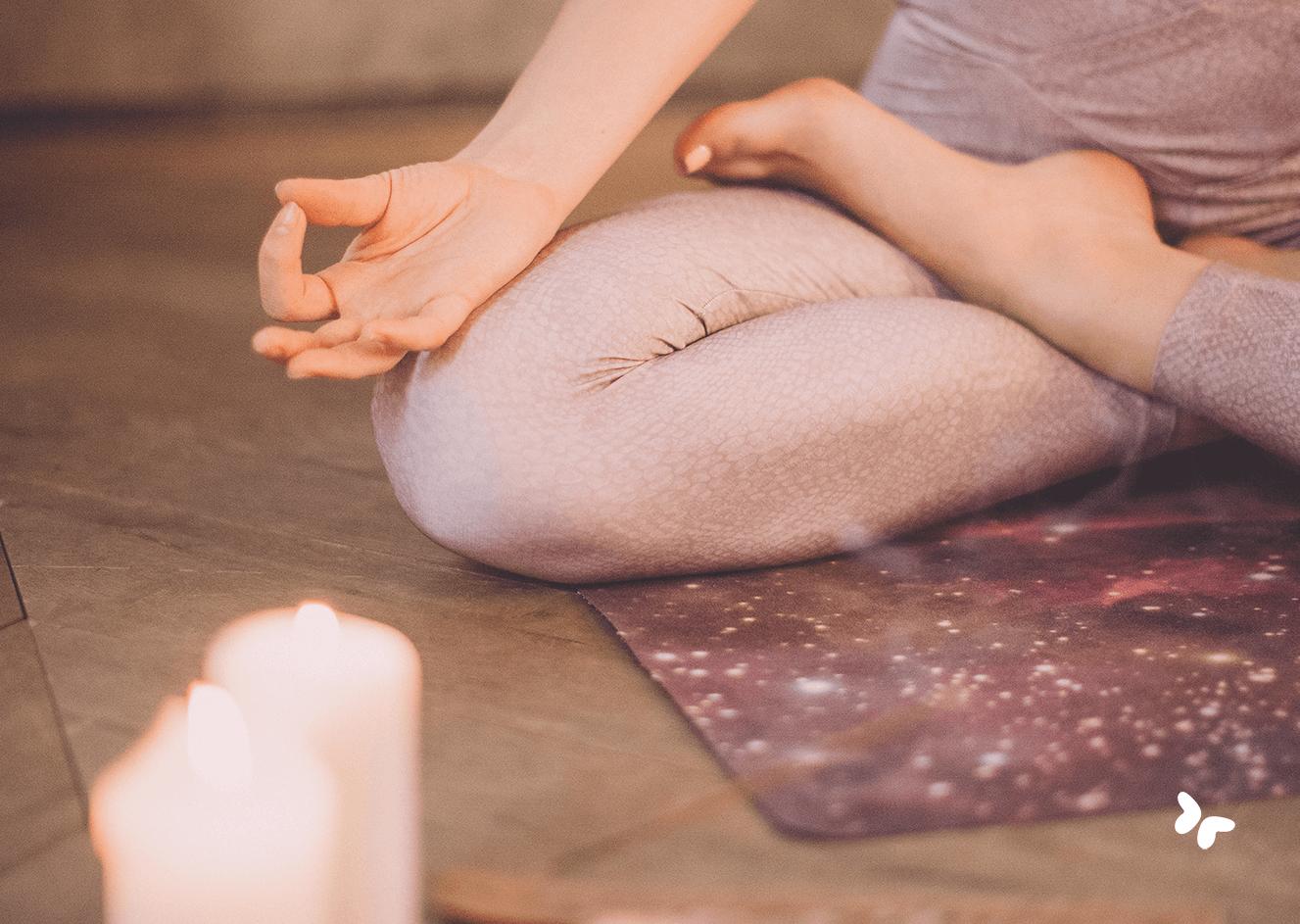 yoga houding op mat met kaarsjes