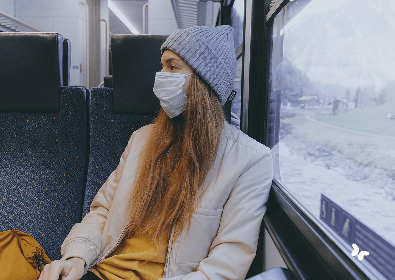 vrouw met mondmasker in trein