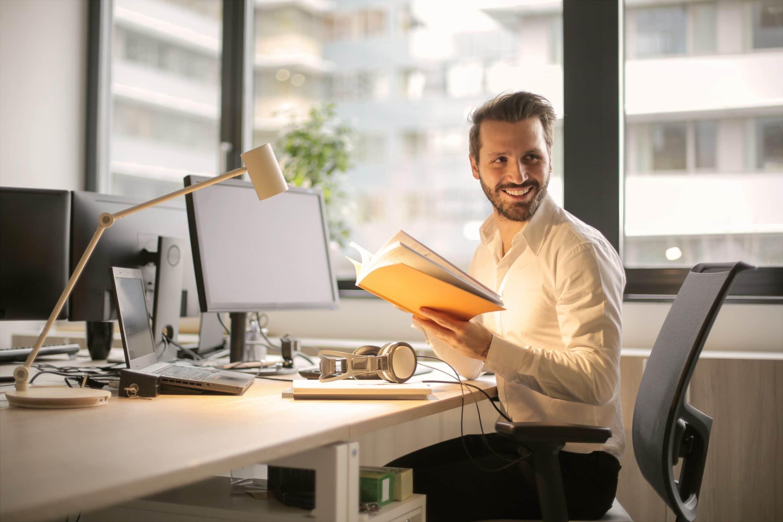 lachende man aan bureau